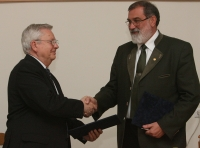 Nagy Miklós az NIIF Intézet igazgatója és Prof. Dr. Faragó Sándor emléklap aláírása